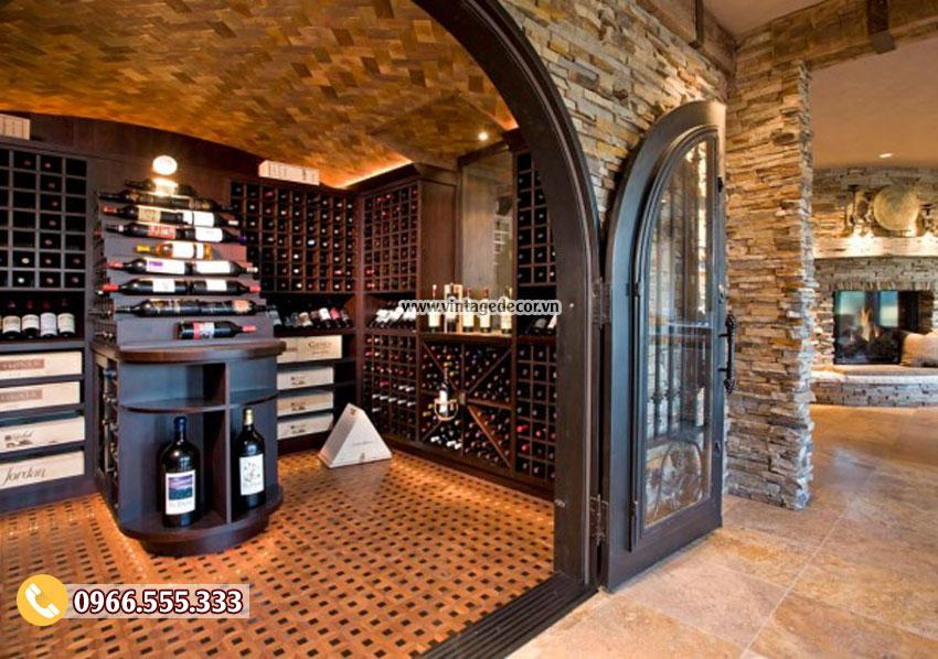 Cửa hầm rượu bằng sắt tạo nên không gian tuyệt vời cho thiết này
