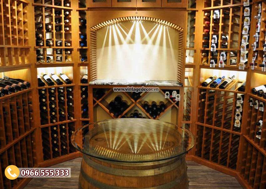 Bàn thùng rượu trang trí trong hầm rượu vang